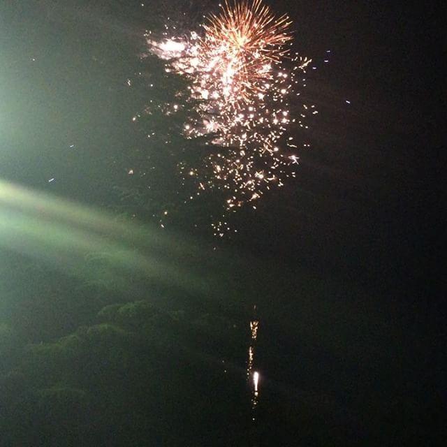 開成山ビール祭りでの花火。結構近い。ポケモンやってる方も多かったです。。#郡山#福島#ビール#郡中#開成山#開成山公園#ポケモン#ポケモンGO#郡山市役所#郡山市#ビール祭り#祭り#サマー#SUMMER#フェスタ#フェス