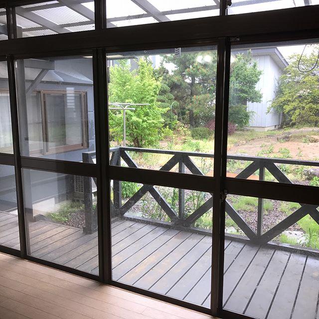 ウッドデッキがあって広々とあいた庭のある戸建。室内フォームだけではなく、敷地の空きスペースを手掛けるのも、生活にゆとりが出ますね♪ご自宅で、#ガーデンカフェ#庭 #ウッドデッキ #不動産 #ガーデニング #ガーデン #garden #gardening #mygarden #gardencafe #福島 #郡山 #郡中 #リフォーム #リノベーション #terrace #terracehouse #wood #like4like #house #家 #マイホーム #マイホーム計画 #テラス #テラスハウス